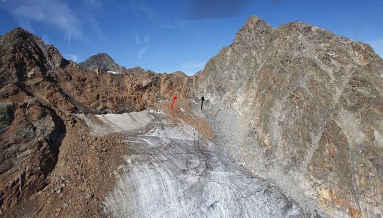 Der rote Pfeil markiert den früheren Übergang welcher auf Grund des grossen Steinschlaggefahr nicht mehr zu begehen ist, beim schwarzen beginnt der neu errichtet Klettersteig!