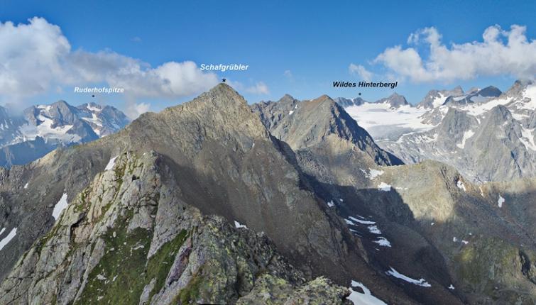 Blick vom Anstieg auf die Villerspitz auf einen Teil der Alpeiner Berge im Bereich der Hütte