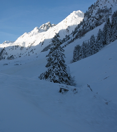 An diese Stelle gabe es bisher keine Lawine auf der Strasse, die Zäune sind im Schnee verschwunden.